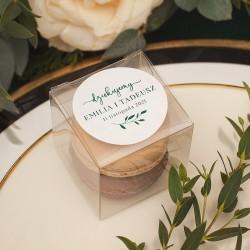 Podziękowanie dla gości w postaci przezroczystych pudełeczek. Do nich dołączone są personalizowane etykiety z grafiką gałązki.