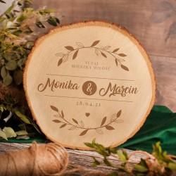 Drewniany obraz na plastrze drewna z imionami Pary Młodej. Prezent ślubny z grawerem.