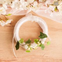 Mały dekoracyjny wianek w białym kolorze z różyczkami to efektowna dekoracja.
