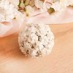 Kula to piękna dekoracja, która wzbogacona jest o białe różyczki.
