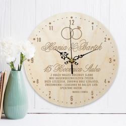 Zegar ścienny drewniany w ramach prezentu na rocznicę ślubu. Na tarczy znajduje się personalizacja.