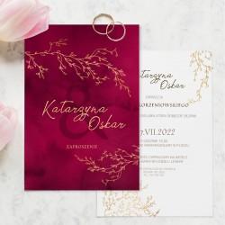 Zaproszenie ślubne bordowe z personalizacją prezentuje się elegancko. W efektowny sposób zaprosicie gości na wesele.