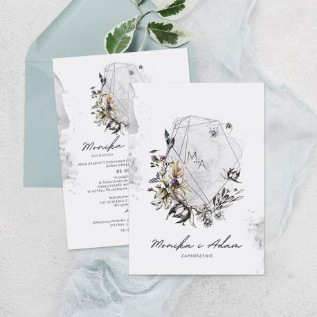 Zaproszenie ślubne z motywem kwiatów i ramy na mglistym tle z inicjałami pary