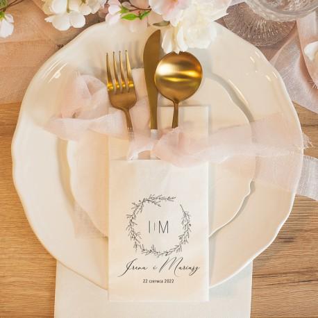 Kieszonka na sztućce w białym kolorze. Wzbogacona o nadruk z kolekcji Romantyczna. Piękna dekoracja stołu.
