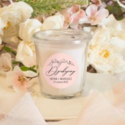 Świeczka zapachowa o pięknym zapachu. Etykieta jest personalizowana, w kolorze różu.