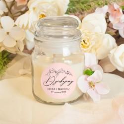 Świeczka zapachowa w szklanym słoiczku. Wzbogacona o personalizowaną etykietę, w kolorze różu.