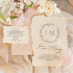 Zaproszenie ślubne z czerpanego papieru. Efektowna grafika wianka i personalizacja.