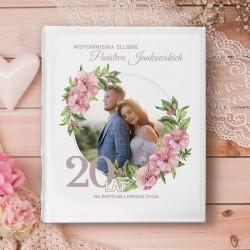 Album z personalizowaną okładką na Rocznicę ślubu ze zdjęciem pary w ozdobnej ramce z kwiatami