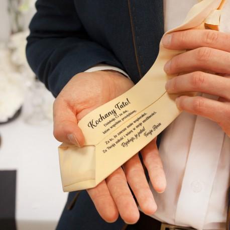 Beżowy krawat w jasnym odcieniu z podziękowaniem ślubnym dla taty.