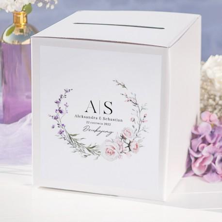 Miejsce na przechowywanie kopert od gości weselnych. Pudło w białym kolorze wzbogacone o kwiatowy motyw.