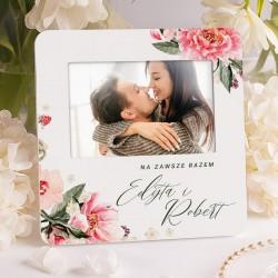 Biała ramka na ślubną fotografię. Grafika w różowe kwiaty. Prezent dla Pary Młodej.