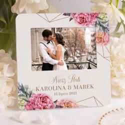 Ramka ozdobna idealnie sprawdzi się na prezent dla Pary Młodej. Na ramce widnieje kwiatowa grafika.