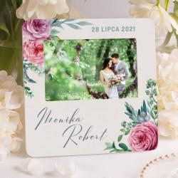 Ozdobna ramka w jasnej kolorystyce z kwiatowym motywem. Idealny prezent ślubny dla nowożeńców.