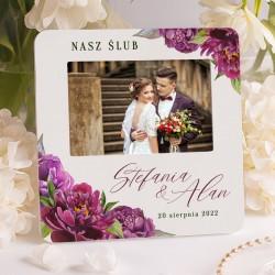 Ramka personalizowana w jasnej kolorystyce, z nowoczesną grafiką. Ramka idealnie sprawdzi się jako prezent dla nowożeńców.