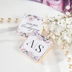Czekoladka ślubna dla gości z personalizacją. W białym odcieniu z kwiatową grafiką.