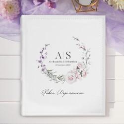 Personalizowany album na fotografie, wykonany z ekoskóry. Na okładce widnieje kwiatowy motyw.