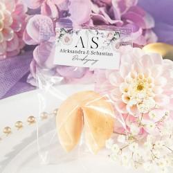Upominek dla gości w postaci ciasteczka z wróżbą. Posiada ozdobne etykiety z kwiatową grafiką.