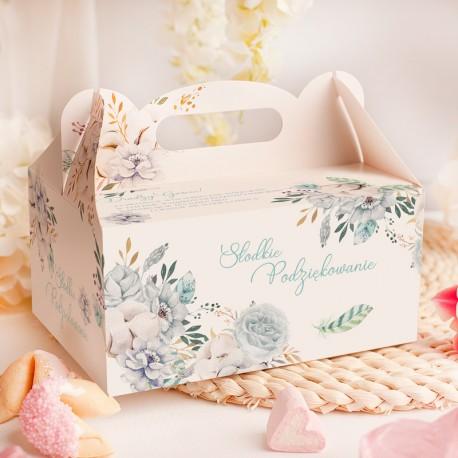 Ozdobne pudełko na ciasto z rączką. Na powierzchni znajdują się błękitne kwiaty i dedykacja.