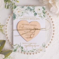 Drewniane serce magnes z wiadomością o terminie i miejscu ślubu na ozdobnej kartce