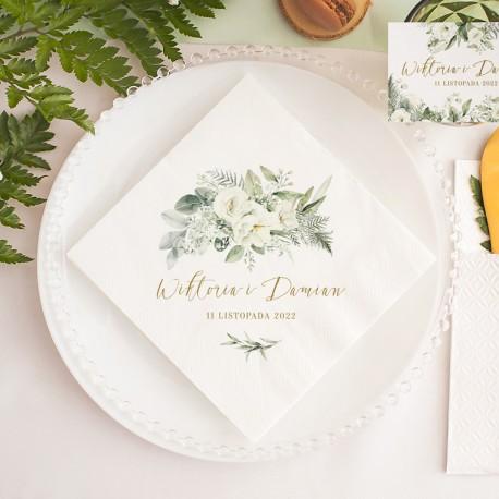 Serwetka z personalizacją to modny dodatek na ślub. Wzbogacona o imiona Pary Młodej i datę uroczystości.