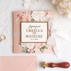 Zaproszenie ślubne ze złoceniem na okładce, wstążką i różową kopertą.