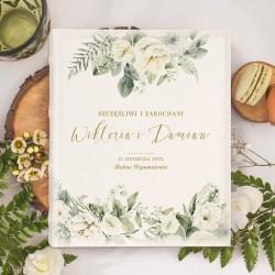 Miejsce na ślubne fotografie w postaci albumu w jasnej kolorystyce. Wzbogacony jest o piękną grafikę z kwiatowym motywem.