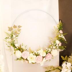 Wianek dekoracyjny na obręczy z pastelowymi kwiatami. Dekoracja na salę weselną.