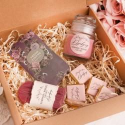 Prezent dla świadkowej w pudełku. Wewnątrz znajduje się ciekawa zawartość w postaci słodyczy i zapachu.