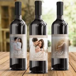 Etykiety na wino ze zdjęciem pary, imionami, datą i numerkiem stolika