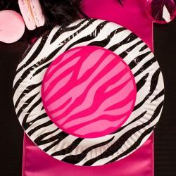 Talerzyki papierowe w modnym odcieniu, udekorowane w zwierzęcy wzór.
