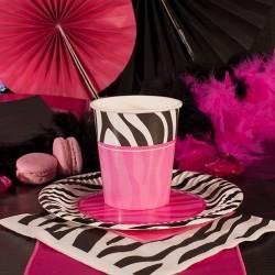 Papierowe kubeczki w biało, czarnej i różowej kolorystyce. Niezbędny dodatek na panieński.