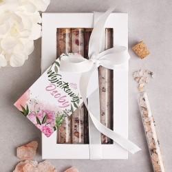 Zestaw pudełko z okienkiem, a w środku szklane fiolki z zapachowymi solami, muszelkami i suszonymi płatkami