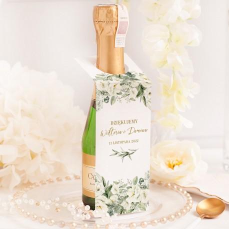 Zawieszka na mini alkohol w białym kolorze. Dodatek wzbogacony o grafiką z białymi kwiatami i personalizację.