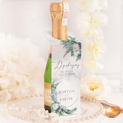 Dekoracja mini szampana w postaci personalizowanej zawieszki. Idealna dekoracja butelki alkoholu na wesele.