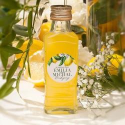Szklana buteleczka na alkohol to idealny upominek dla gości. Wzbogacona jest o etykietę z personalizacją.