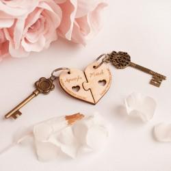 Drewniane breloki w kształcie połówek serca. Personalizowany gadżet dla Pary.