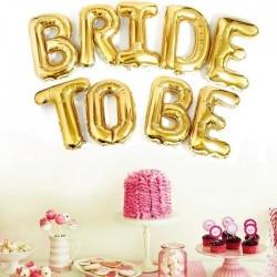 Balony foliowe w złotym kolorze, tworzą napis: Bride to be. Piękna dekoracja na Wieczór Panieński.