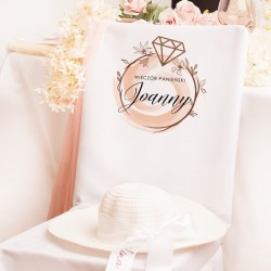 Pokrowiec w białym kolorze z piękną grafiką. Personalizowana dekoracja na panieński.