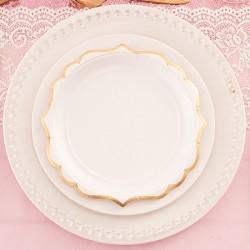 Papierowe talerzyki w białym kolorze ze złotym brzegiem.