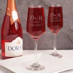 Kieliszki do szampana wykonane ze szkła. Posiadają grawerowaną powierzchnię