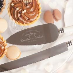Nóż i łopatka z grawerem to wyjątkowy zestaw na ślub. Personalizowany charakter obejmuje imiona pary i datę ślubu.