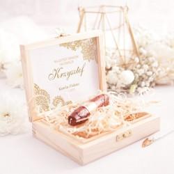 Prezent dla świadka w postaci pudełka. Wewnątrz znajduje się czekoladowe cygaro.