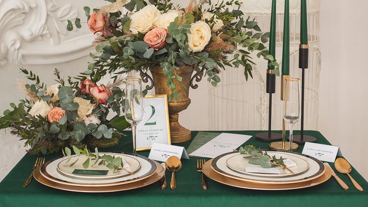 Modne dekoracje na wesele w kolorze butelkowej zieleni. Efektowne aranżacje sali i stołu weselnego.