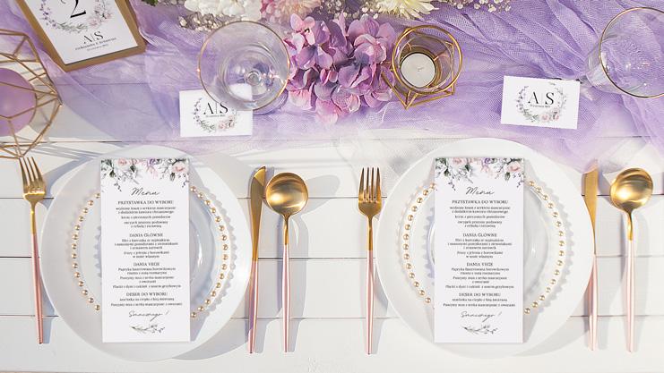 Dekoracje weselnego stołu wzbogacone o modny kolor fioletu i delikatnego różu.