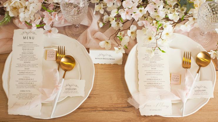 Kolekcja Romantyczna zawiera efektowne dekoracje na wesele. Wyróżnia się tym, że wzbogacona jest o czerpany papier.
