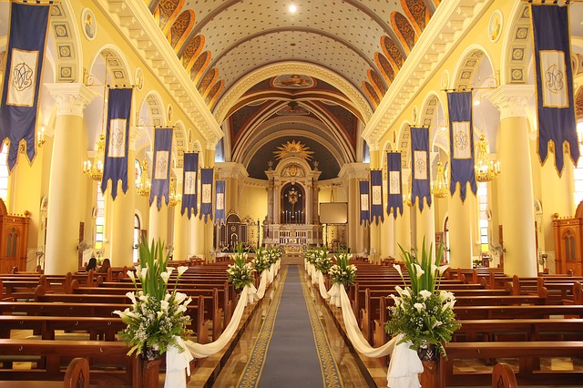 Tiul i organza materiały do dekoracji kościoła oraz sali