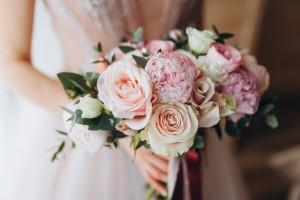 Nowoczesne dekoracje weselne z motywem pudrowego różu i kwiatów piwonii